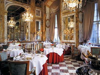 la salle du restaurant les ambassadeurs, au crillon