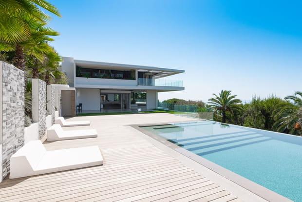 Une piscine extérieure…