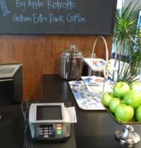 le comptoir d'un café acceptant paypal