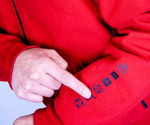 le textile en fibre de carbone conduit l'électricité.