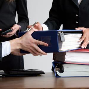 il veille au respect des règles de bonne conduite par les société de gestion.