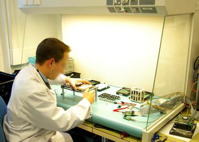 un laboratoire antistatique a été mis en place pour reconstruire les supports