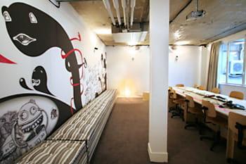 grande salle de réunion et sa fresque murale.