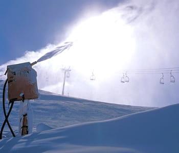 un canon à neige de la station.