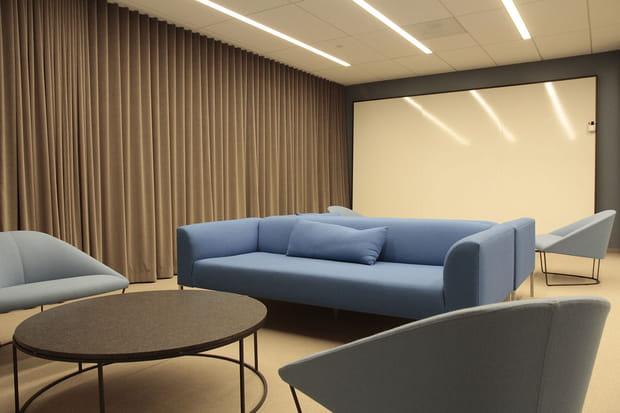 Des salles de réunion confortables avec de grands tableaux blancs