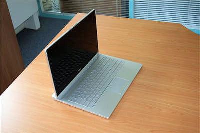 avec son écran en verre, sa coque aluminium et son clavier aux touches