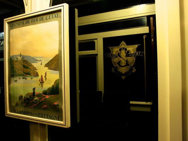 Des affiches en français évoquent les trains d'époque