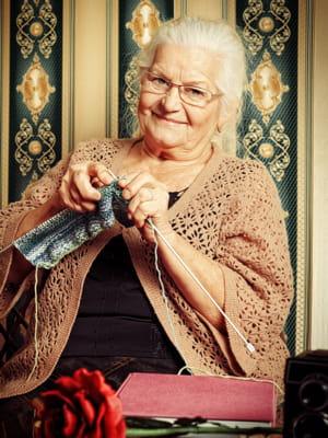 des retraitées de 59 à 91ans tricotent pour la mamy factory.