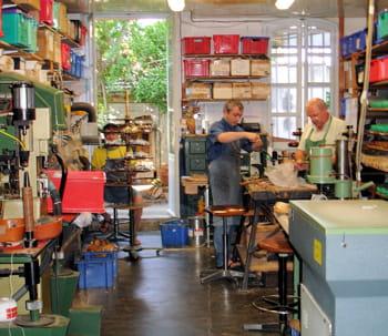 l'atelier de fabrication se trouve juste derrière la boutique du chausseur