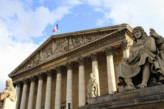 """Emmanuel Macron signe le décret """"financement participatif"""""""