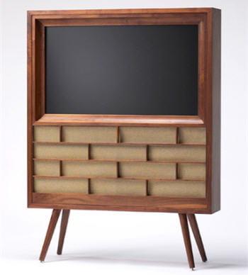 la télévision à écran plat qui rappelle les premiers téléviseurs encastrés dans