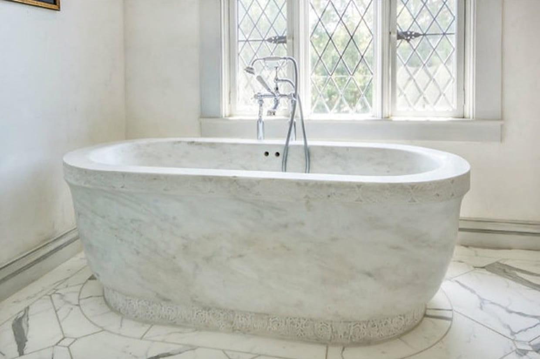 une baignoire en marbre