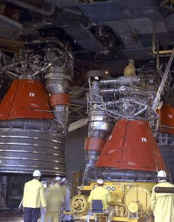 moteurs f1, ici montés sur une fusée saturn en 1995