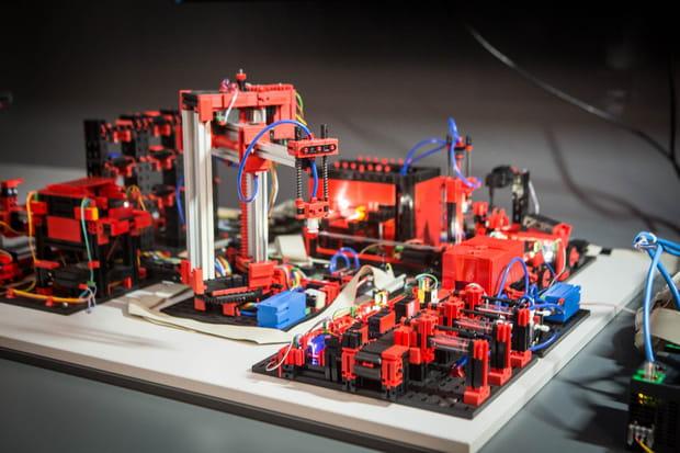 Une usine miniature en démonstration