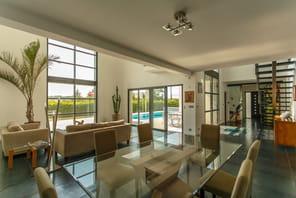 Entrez dans cette maison d'architecte en vente à 1,1 million d'euros près de Lyon