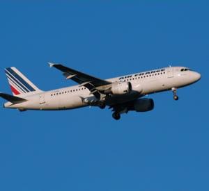 un avion d'air france décollant de l'aéroport de blagnac.