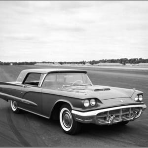 la ford thunderbird, dont le succès a donné une confiance excessive à ford.
