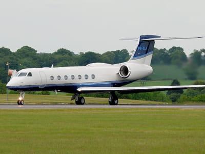 le nouveau jet de lakshmi mittal atterrissant à l'aéroport de londres luton, en