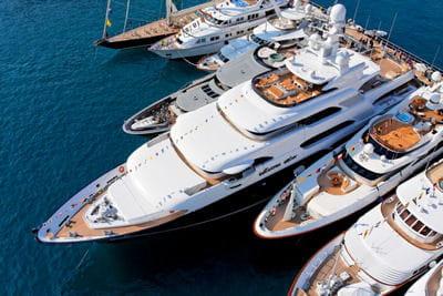 des yachts à quai dans le port de monaco.