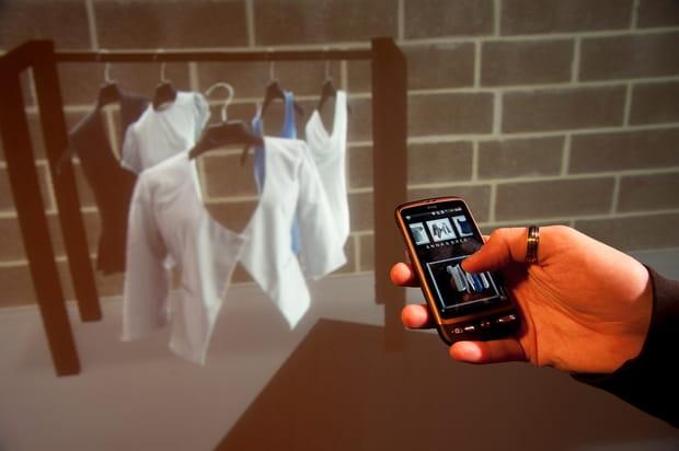 Lèche-vitrines virtuel en 3D, piloté par un smartphone
