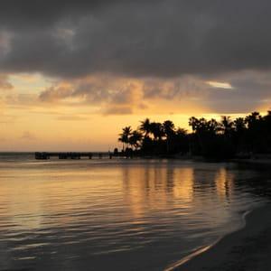 coucher de soleil sur les îles caïmans.