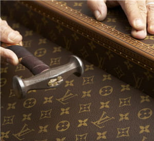 la confection d'une malle louis vuitton.