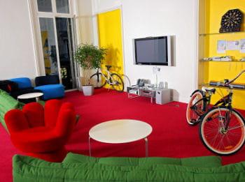 chez google, les espaces de détente et de jeux au coeur-même des locaux font