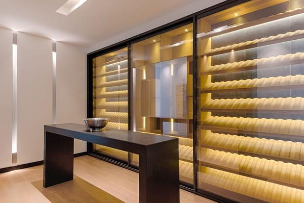Sans oublier une cave à vins au style contemporain