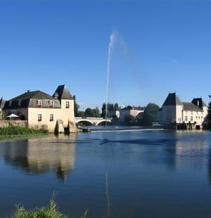 la rivière le loir traverse la commune de la flèche.