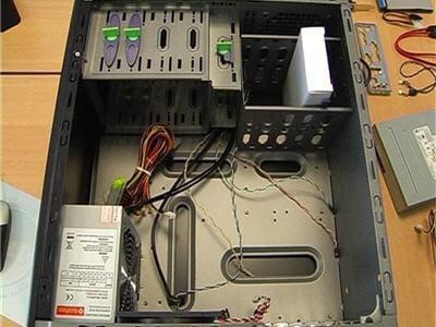 un exemple de boîtier d'ordinateur ouvert.