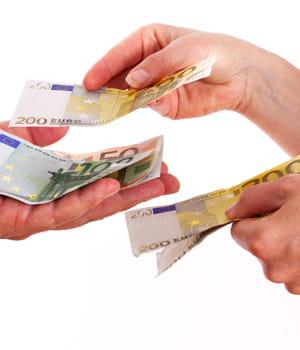 les prêteurs confient leur argent à une communauté d'emprunteurs. cela permet de