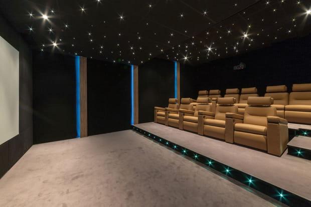 … ainsi qu'une salle de cinéma
