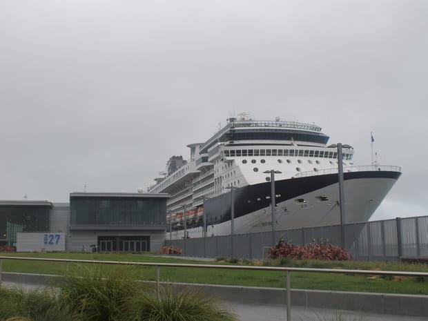 Le navire est amarré le long d'Embarcadero Street