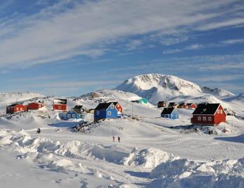 le village de kulusuk, au groenland.