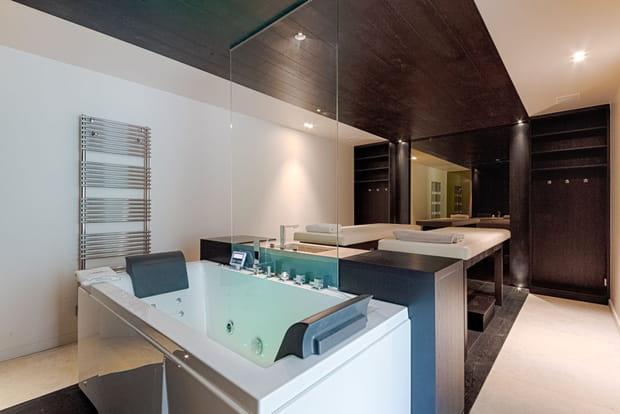 Une salle de massage à l'intérieur de la villa…