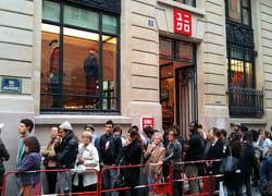pour accéder au nouveau magasin parisien, les curieux ont dû patienter.