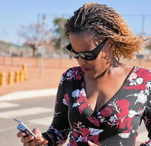 une habitante du botswana au téléphone.