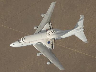 transport de la navette spatiale atlantis sur un boing 747 modifié, au dessus du