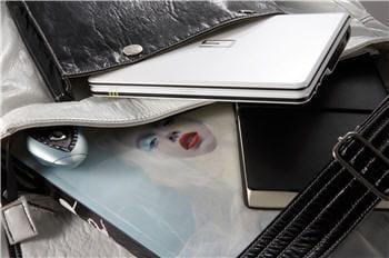 un netbook se glisse dans un sac, comme un livre.