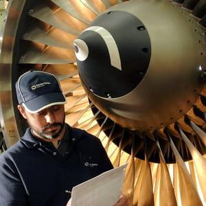 un technicien de safran devant un moteur d'avion.