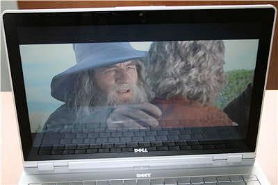 le film 'lord of the ring' sur l'écran de l'adamo. le reflet sur l'écran est