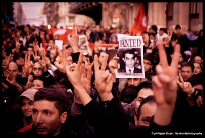 les tunisiens manifestent.
