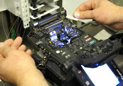 une soudeuse de fibre optique est utilisée par les techniciens de telcité pour