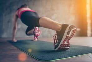 Sport à la maison: tapis, haltères, bandes fitness...