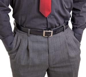 s'il a les mains dans les poches, il préfère rester en retrait.