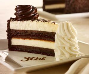 le gâteau célébrant les 30 ans de the cheesecake factory.