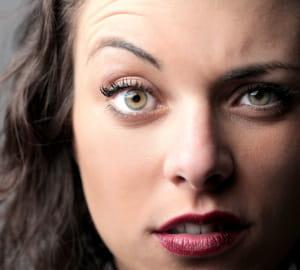 une personne capable de soulever un seul sourcil est perçue comme dominante.
