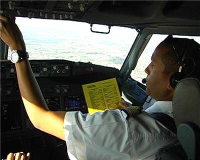 le copilote effectue la checklist
