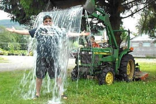 """Ice Bucket Challenge : quand le """"slacktivisme"""" rapporte 100 millions de dollars"""