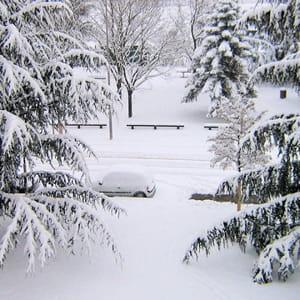 une rue de vénissieux, sous la neige.